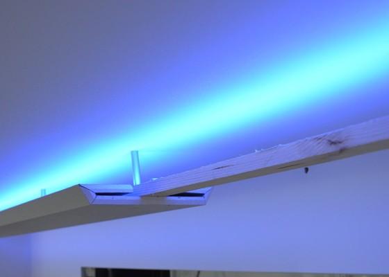 Indirekte Beleuchtung mit mittiger Abhängung, hellblau