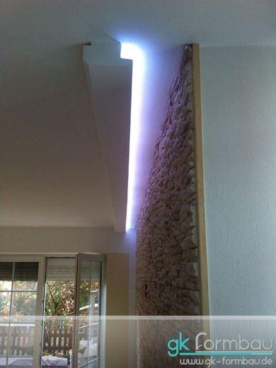 indirekte Beleuchtung an einer Naturstein Wand