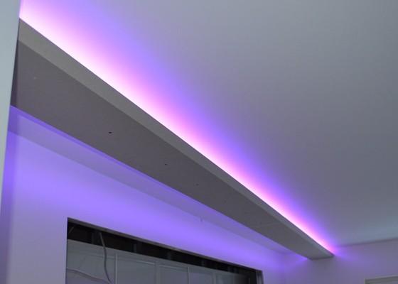 Indirekte Beleuchtung mit mittiger Abhängung, lila violett