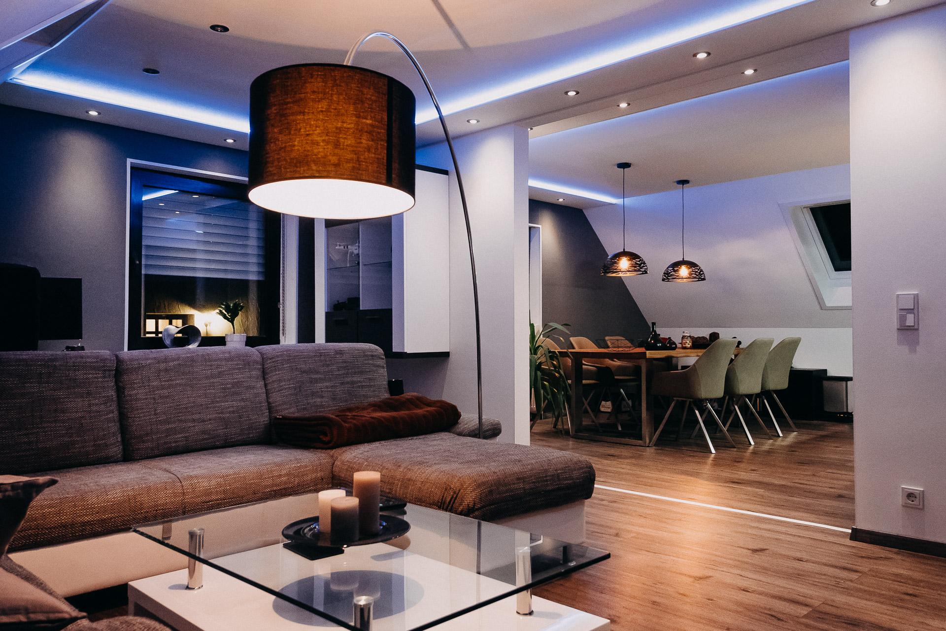 Indirekte Akzent-Beleuchtung in Wohnzimmer & Küche