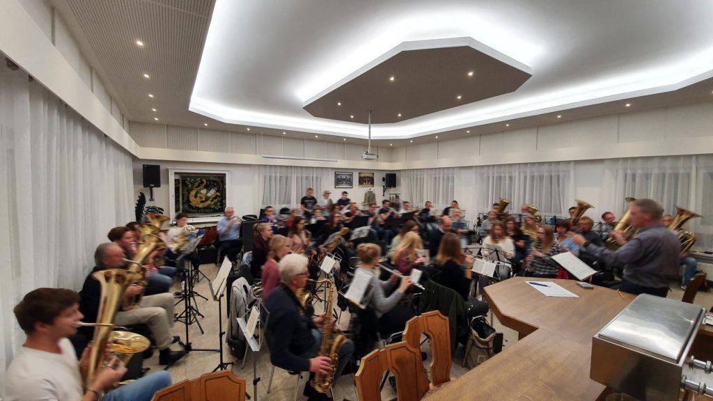 Indirekte Beleuchtung in einem Orchestersaal